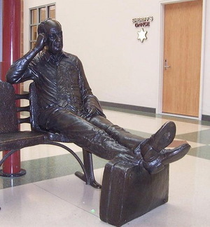 Adlai_stevenson_statue_at_airport